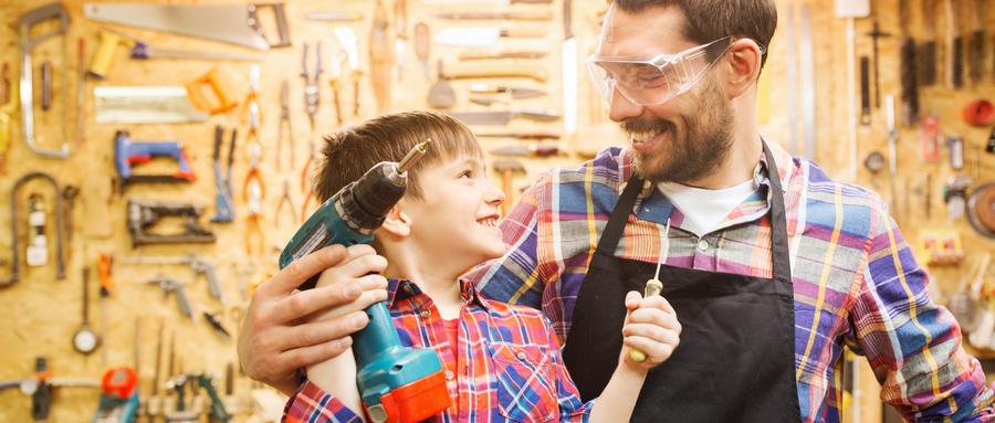 摄图网_300605663_wx_家庭,木工,木工人的快乐的父亲小儿子与钻头螺丝刀车间工作(企业商用).jpg