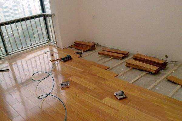 关于地板安装的两个问题:怎么铺设和铺设工序。