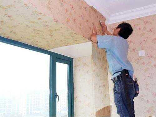 装修大师教你,安装墙纸和踢脚线的正确方法。